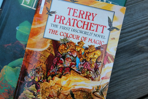 i cant find who illustrated cover but if you know let me know my hardcover was published in 1983 by st martins press and its the book club edition - The Color Of Magic Book